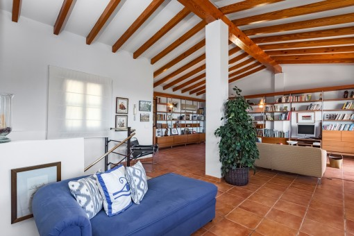 Geräumiges Loft mit Holzdeckenbalken