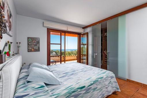 Freundliches Schlafzimmer mit Ankleidebereich
