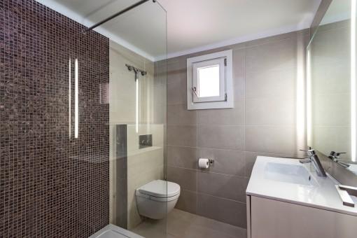 Badezimmer mit Dusche und Tageslicht