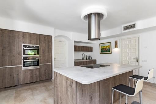 Voll ausgestattete, stilvolle Küche