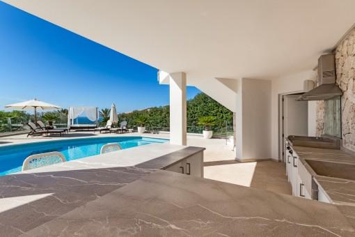 Außenküche neben dem Poolbereich