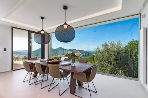 Lichtdurchfluteter Essbereich mit Panoramafenstern