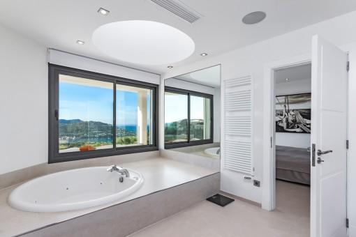 Hauptbadezimmer mit Badewanne und Meerblick