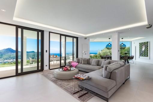Einladender Wohnbereich mit Zugang zur Terrasse