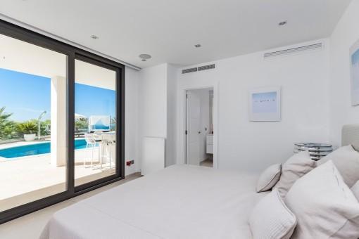 Geschmackvolles Schlafzimmer mit Badezimmer en Suite