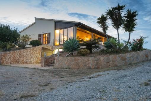 Luxuriöse Finca mit Meerblick und Vermietlizenz direkt an der Cala Mandia