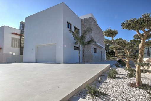 Rückansicht der Villa mit Garage