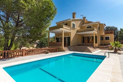 Haus mit 2 Wohneinheiten und Pool in einer ruhigen Urbanisation