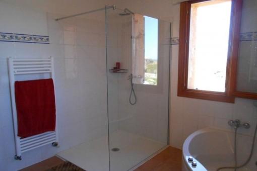 Badezimmer mit Tageslicht und bequemer Badewanne