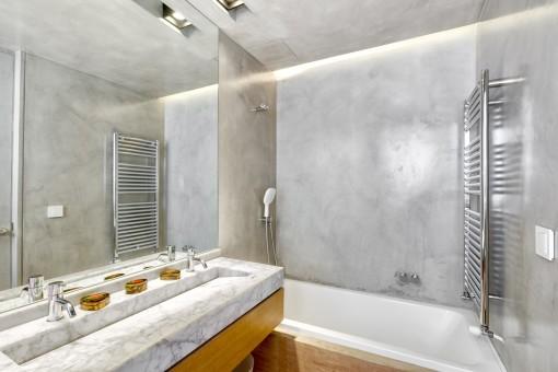 Moderne Badezimmer mit Badewanne