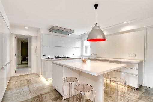 Stilvolle Küche mit Sitzgelegenheit