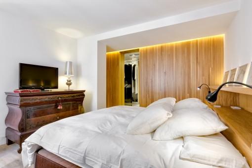 Schlafzimmer mit Ankleidezimmer en Suite