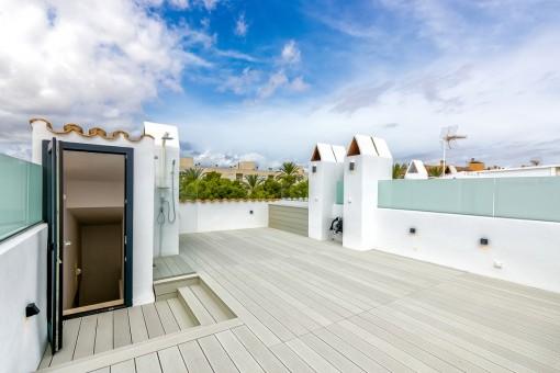 Große Dachterrasse von 50 qm mit Außendusche