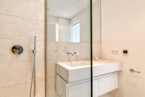 Eins von drei Badezimmern mit Dusche