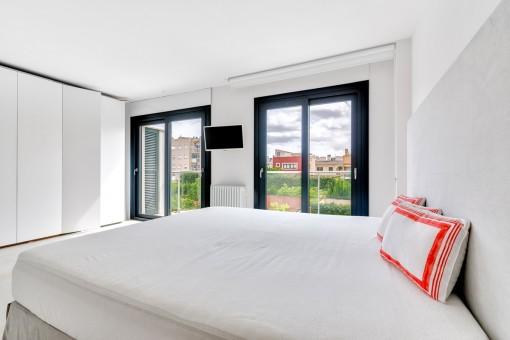 Hauptschlafzimmer mit Schrankwand