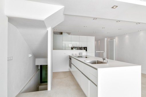 Küche mit Zugang zum Keller