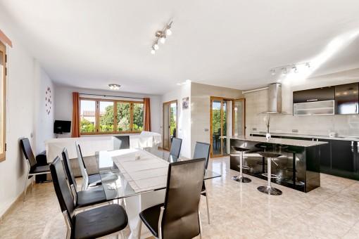 Wohn-und Essbereich mit moderner Küche