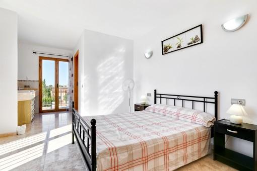 Doppelschlafzimmer mit Balkon und en Suite Badezimmer