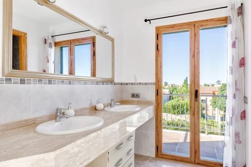Sonniges Badezimmer mit Balkonzugang