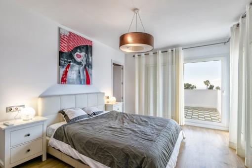 Helles Schlafzimmer umgeben von Panoramafenstern