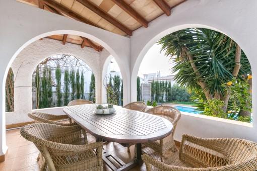 Überdachte Terrasse mit Blick auf den Poolbereich