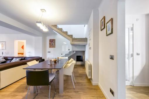 Großzügiger Wohn- und Essbereich mit einer Designer-Treppe