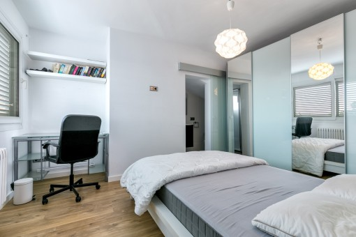 Schlafzimmer mit Schreibtisch und Badezimmer en Suite