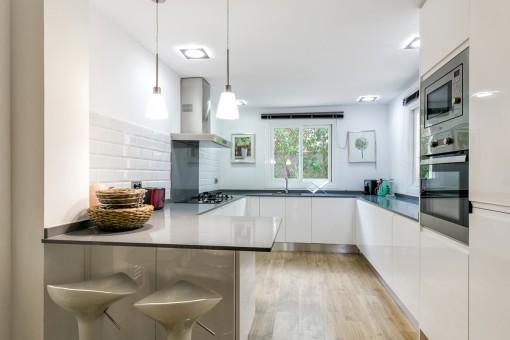 Stilvolle und voll ausgestattete Küche