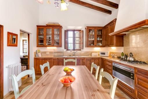 Komplett ausgestattete Küche mit Essbereich