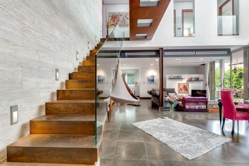 Lichterfülltes Stilobjekt - Understatement und große Geste: Modernes Stadthaus in  Alaró mit Indoorpool, Garten, Dachterrasse und Doppelgarage