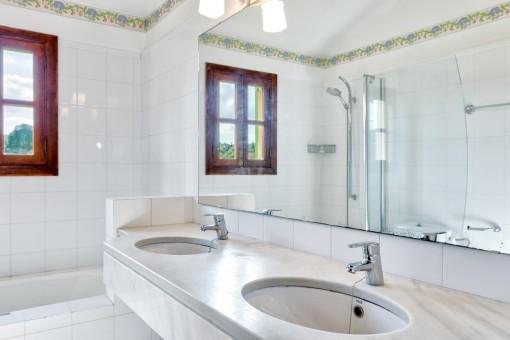 Dusch-Badezimmer mit Doppelwaschbecken