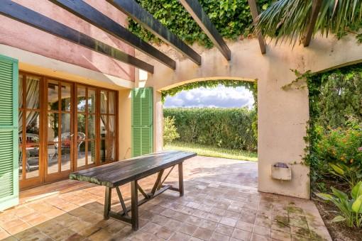 Die Finca bietet einige überdachte und offene Terrassen