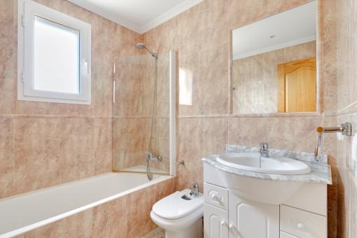 Weiteres Badezimmer mit Badewanne