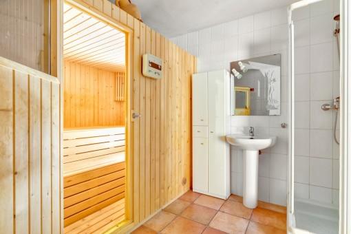 Sauna mit Dusche im Kellergeschoss