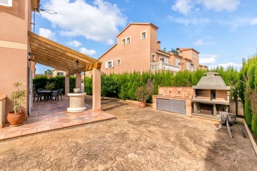 Außenbereich mit großzügiger Terrasse