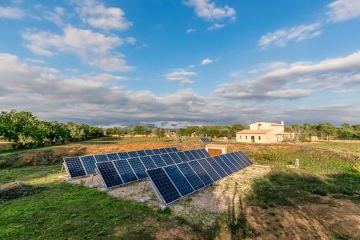 Strom entsteht durch eine Photovoltaikanlage mit Speicherzellen