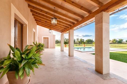 Überdachte Terrasse und Poolbereich
