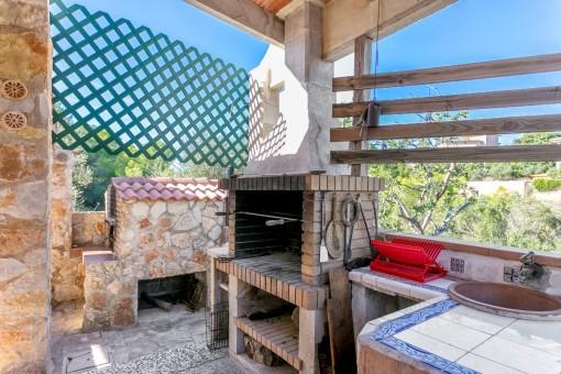 Charmante Außenküche mit Grillbereich