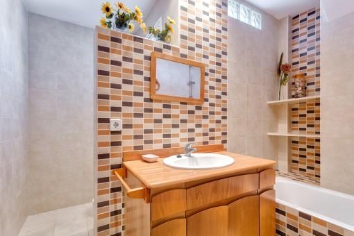 Ansprechendes Badezimmer mit Dusche