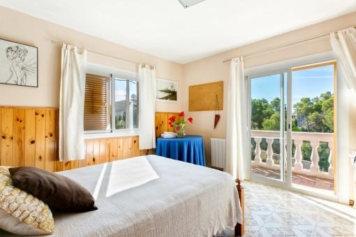 Sonniges Schlafzimmer mit Balkonzugang
