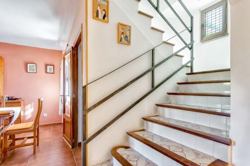 Treppe die in den oberen Stock führt