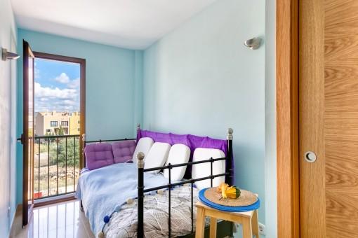 Freundliches Schlafzimmer mit Einzelbett