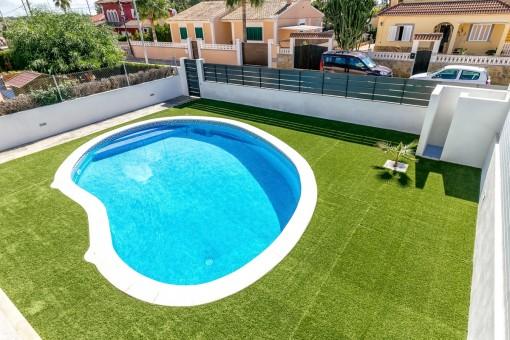 Schöner, gepflegter Poolbereich mit Außendusche