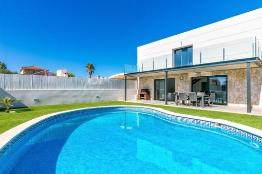 Moderne Villa, komplett in weiß in Bahia Gran