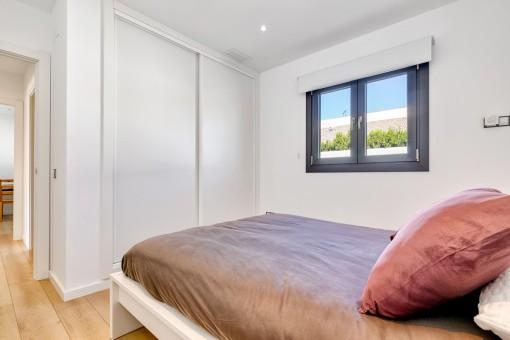 Helles Schlafzimmer mit Einbauschrank