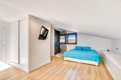 Hauptschlafzimmer mit offenem Badezimmer