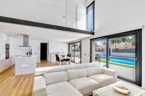 Lichtdurchfluteter Wohn-und Essbereich mit offener Küche