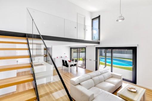 Der Wohnbereich bietet Zugang zu einer überdachten Terrasse und dem Poolbereich