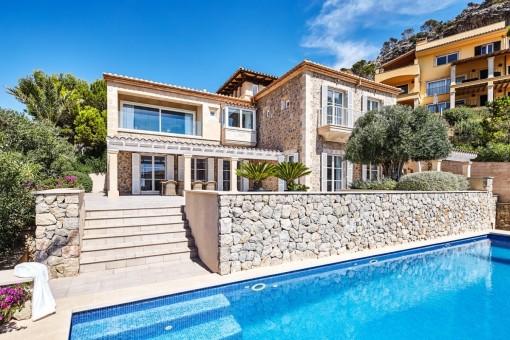 Außenansicht der Luxusnatursteinvilla mit Pool in Puerto Andratx