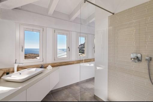 Großes Badezimmer en suite mit Dusche und Meerblick
